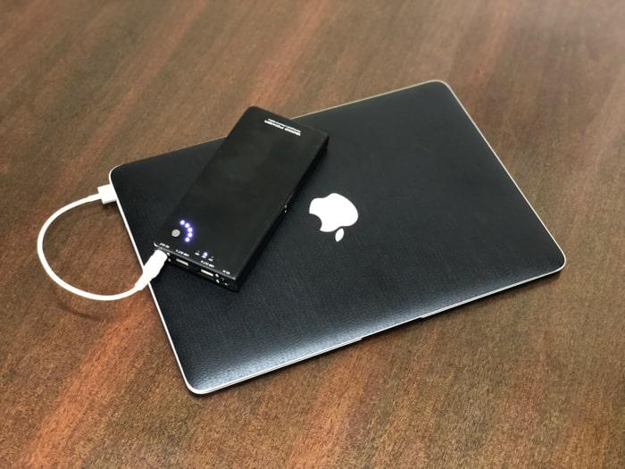 MacBookAir(MagSafe2)をモバイルバッテリーで充電中