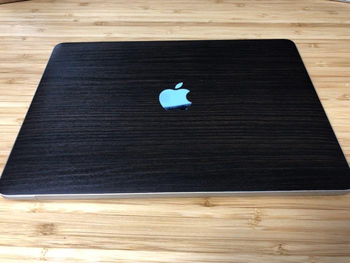 wrapluのsスキンシールを貼ったMacBook