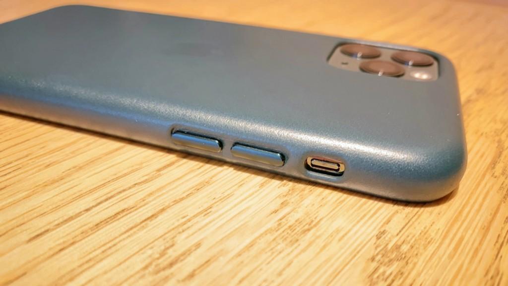 iPhone11ProにApple純正のレザーケースを装着