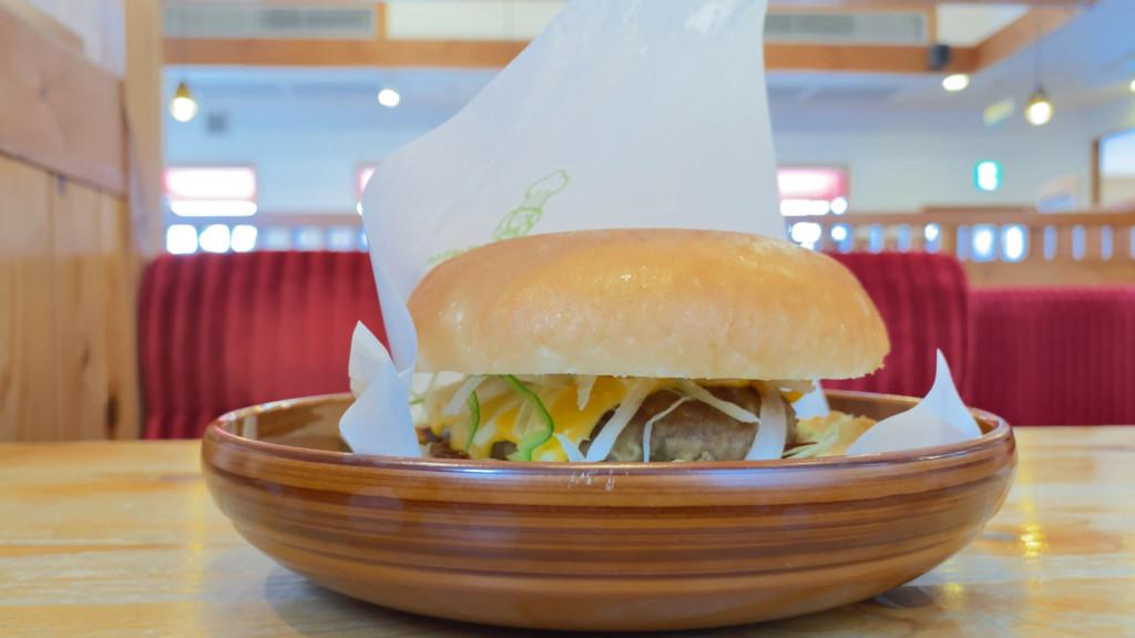 コメダ珈琲のドミグラスバーガーを食べてみて、値段やカロリーが気になる人へ感想を伝える
